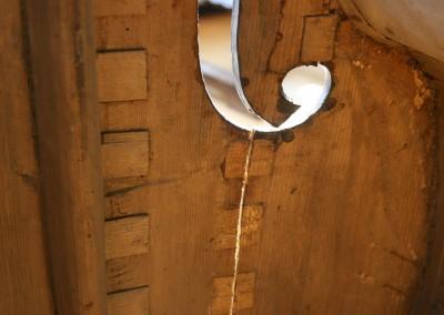 Scheuren van een contrabas repareren